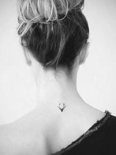 Mini tatouage tête de cerf dans la nuque, j'adore ♥ I love this mini stag's head nape tattoo ♥ Mini Tattoos, Little Tattoos, Body Art Tattoos, Wrist Tattoos, Pretty Tattoos, Beautiful Tattoos, Cool Tattoos, Tatoos, Tasteful Tattoos