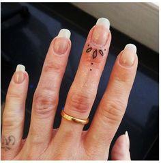 Тату точки на пальцах