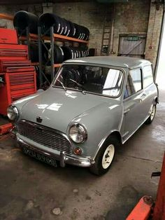 one day in lime or red Mini Cooper Classic, Mini Cooper S, Classic Mini, Classic Cars, Retro Cars, Vintage Cars, Mini Morris, Austin Cars, Cooper Car