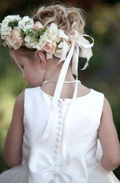 Υπέροχο στεφάνι για τα μαλλιά στο μικρό παρανυφάκι σας. Επιλέξτε προσκλητήριο γάμου για εσάς με άνθη, μόνο από το www.lovetale.gr