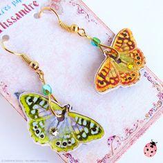 """BO """"Petit Papillon"""" métal doré et papier vernis- """" Jaune Vénitien et Vert Olive"""" : Boucles d'oreille par les-ailes-de-cocco"""