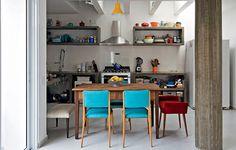 Internamente, as arquitetas Mariana Guardani e Mariana Andersen redistribuíram todos os cômodos da casa e deixaram várias aberturas para haver uma comunicação permanente com o exterior. No espaço da garagem, elas instalaram a cozinha