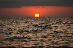 ⚡️ 1 + 5 FOTOS FAVORITAS DE @HACERFOTOS (21/07/2017) https://twitter.com/i/moments/888379715895123969  Cuando el Mar se traga al Sol #fotografía de Konstantin Farniev
