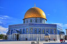 Dome of the Rock. It was initially completed in 691 AD. The Dome of the Rock is now one of the oldest works of Islamic architecture. Beautiful Mosques, Beautiful Buildings, Beautiful Places, World Famous Buildings, Naher Osten, Dome Structure, Dome Of The Rock, Islamic Wallpaper, Hd Wallpaper