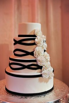 simple and elegant black and white wedding cake Black And White Wedding Cake, White Wedding Cakes, Wedding Desserts, Black White, Cake Wedding, Wedding Veil, Pretty Cakes, Beautiful Cakes, Amazing Cakes