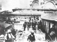 1894 Kapalıçarşı çatısında deprem sonrası halk