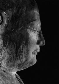 土門拳「弥勒堂 釈迦如来坐像頭部」 土門拳が日本一の美男子の仏と言った、とてもりりしい風貌。
