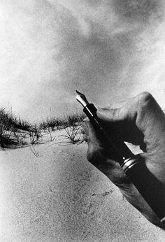 """""""A pena em que pego, a letra que escrevo, o papel em que escrevo, São mistérios menores que a Morte? Como se tudo é o mesmo Mistério?""""  - Álvaro de Campos s.d.  Poesias de Álvaro de Campos. Fernando Pessoa. Lisboa: Ática, 1944 (imp. 1993).  -94"""