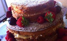 Naked cake com recheio de doce de leite e decorado com frutas vermelhas