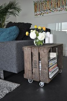 【必要なもの】 木製クレートボックス 1つ ストッパー付きキャスター 4つ 木製家具用塗料 水性ステイン (ウォルナットなど濃い目のもの) 水性ウレタンニス (クリア)  【作り方】 木製のクレートボックスにキャスターを取り付けてサイドテーブルに。新品のクレートボックスを使う場合は、水性の家具用ステインを使ってヴィンテージ風に塗装しましょう。お好みでステンシルをプラスしても◎
