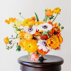 A bright orange ranunculus and anemone arrangement! Photo: @serenajae on Instagram / Floral Design: Janie Medley Floral Design