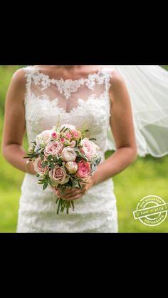 Lace Wedding Dress, Wedding Dresses, Bride Bouquets, Wedding Inspiration, Juni, Eindhoven, Wedding Stuff, Fashion, Bride Dresses
