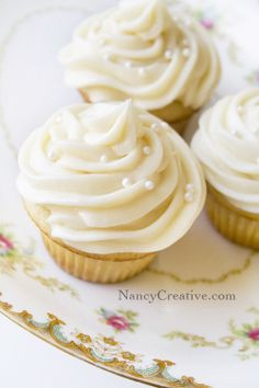 Frosty vanilla cupcakes from famous Magnolia bakery in NY Vanilla Cupcakes, Fun Cupcakes, Cupcake Cookies, Churro Cupcakes, Simple Cupcakes, Elegant Cupcakes, Amazing Cupcakes, White Cupcakes, Vanilla Buttercream