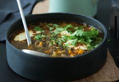 Vegane Linsensuppe mit Curry-Joghurt
