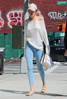Gigi Hadid Skinny Jeans - Gigi Hadid chose a pair of cropped skinny jeans to complete her outfit.