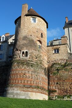 Roman ramparts in the old town of Le Mans, Loire Valley, France Medieval Tower, Medieval Castle, Beautiful Places To Visit, Places To See, Le Mans France, Round Building, Chateau Medieval, Monuments, French Castles