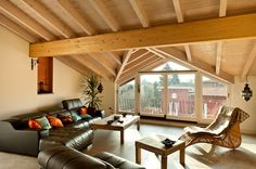 Hier unterstützen die leichteren Kiefer Balken das gewölbte Dach das Dachgeschoss-Familienzimmer.