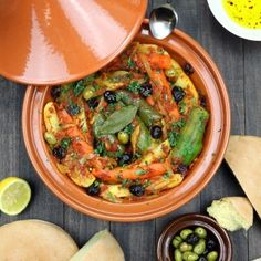 Vegetables are stewed in an aromatic tomato sauce until succulent and tender in this recipe for Simple Vegetable Tagine. Tagines are Nor Vegetarian Recipes, Cooking Recipes, Healthy Recipes, Vegetarian Tagine, Tajine Vegan, Tajin Recipes, Coctails Recipes, Tagine Cooking, Morrocan Food