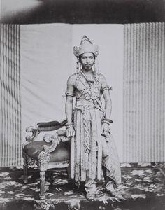 COLLECTIE TROPENMUSEUM Portret van de kroonprins van Koetai waarschijnlijk de latere Sultan Ali Muhammad Alimuddin in bruidskleding.