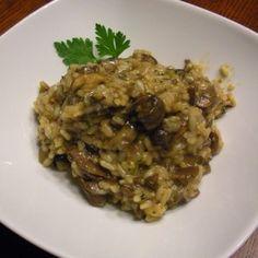 250 g hlívy ústřičné 250 g rýže 2 cibule 1 dl bílého vína ½ l kuřecího vývaru 100 g parmazánu sůl…