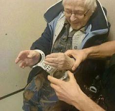 Полиция Нидерландов в шутку арестовала 99-летнюю бабушку, потому что это было в списке её не исполненных желаний. Надели наручники, посадили на 2 минуты в камеру и отпустили.