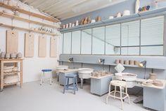 stages de tournage céramique Ceramic Cafe, Ceramic Store, Ceramic Studio, Pottery Workshop, Ceramic Workshop, Pottery Studio, Studio Interior, Interior Design, White Tile Backsplash