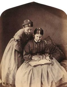 Alice Jane Donkin and Alice Emily Donkin read in a photo by Lewis Carroll. Lewis Carroll, Victorian Photos, Victorian Women, Victorian Era, Victorian Hair, Antique Photos, Old Family Photos, Old Photos, Historical Clothing