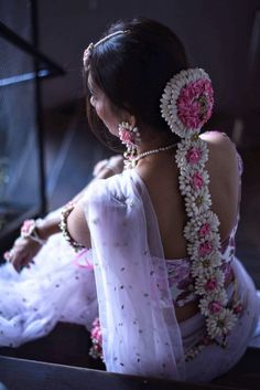 Looking for South Indian bride pink and white Jada? Browse of latest bridal photos, lehenga & jewelry designs, decor ideas, etc. on WedMeGood Gallery. South Indian Wedding Hairstyles, Indian Hairstyles, Bride Hairstyles, Wedding Hairdos, Engagement Hairstyles, Bridal Hair Buns, Bridal Hair Flowers, Elegant Makeup, Hair Decorations