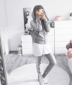 Hijab Sporty Looks Idées que vous devez suivre - Frauenstreet style Modern Hijab Fashion, Street Hijab Fashion, Muslim Fashion, Style Fashion, Hijab Mode Inspiration, Hijab Styles For Party, Sports Hijab, Hijab Style Tutorial, Casual Hijab Outfit