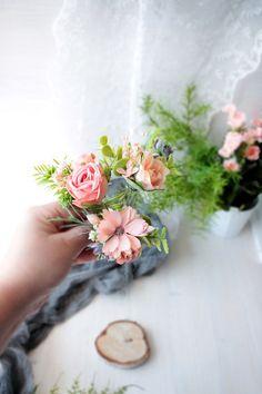 Красивые декоративные цветочные волосы контактный с нежными цветами, с тенями обнаженной, фиолетовый и золотой и румяна зеленые листья, так нежно и очаровательно! Этот свадебный цветочный головной убор может быть идеальным выбором для свадьбы в деревенском или бохо стиле. Если вы планируете осень Bridesmaid Headpiece, Bridesmaid Flowers, Headpiece Wedding, Flowers In Hair, Flower Hair Clips, Bridal Flowers, Floral Crown Wedding, White Floral Crowns, Floral Hair
