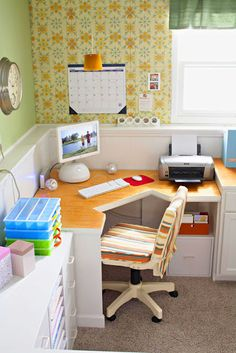 een leuke bureau in een hoek voor in Julie haar nieuwe kamer ! :)