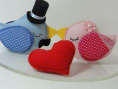 Topo de bolo casal de passarinhos em feltro.    A base é de acrílico transparente e mede 18 cm.    Alianças e bolo não acompanham o topo.