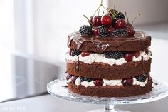 Naked Cake: Schokoladentorte mit Mascarponecreme, Kirschen und Brombeeren Loose, light chocolate dough with mascarpone cream and fruity cherries and berries. A beautiful naked cake. Tea Recipes, Sweet Recipes, Cake Recipes, Oreo Cake, Cake Cookies, Nake Cake, Fruit Cake Design, Wedding Cake Flavors, Wedding Cakes