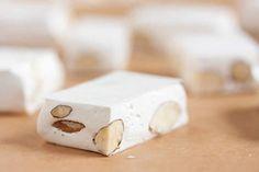 Nougat blanc facile au thermomix. Voici une recette de Nougat blanc, facile et simple a préparer chez vous avec le thermomix.