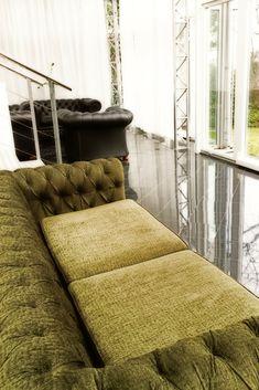 Chesterfield sofa in green velvet  Sofa in Chesterfield Stil - mit smaragdgrünem Samt überzogen