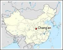 42 - Un día llegó a Chang An, una ciudad de la antigua China que ahora es conocida como Xi An, y decidió comer en un restaurante que se especializaba en intestinos de cerdo. Cuando le sirvieron el plato, el olor de los intestinos era demasiado fuerte para soportarlo, ni hablar de comerlos.