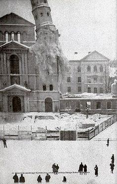 Stary Rynek 1940 r.Wysadzanie jednej z dwóch wież kościoła Germany And Prussia, Old Photographs, Krakow, Boy Scouts, Dresden, Louvre, Pictures, Travel, History