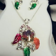 Beautiful earring necklace set Only worn it once There see a few scratches on the rhinestones but you can barely see them. The chain of the necklace isn't the best because it's kinda loose. Make me an offer as long as it's reasonable. Jewelry Necklaces