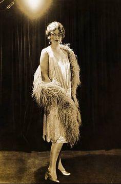 años 20 vestido de tirantes y boa de plumas