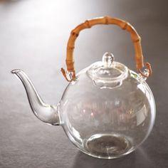 YAECAの井出恭子さんが浅草の医療器具を作っている職人さんにオーダーして作られたガラスのティーポット。 やっとシンプルで欲しいものに出会えた。 直火もOKな優れもの。 Cool Cafe, Cool Kitchens, A Table, Stoneware, Tea Pots, Kitchen Appliances, Bone China, House Design, Tea Time