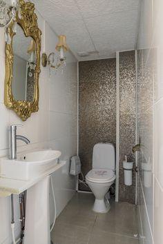 Wc on sisustettu rohkeasti. Toilet, Vanity, Bathroom, Dressing Tables, Washroom, Flush Toilet, Powder Room, Vanity Set, Full Bath