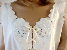 LINGE ANCIEN / Somptueuse chemise de jour avec iris et fin passe ruban sur toile de coton