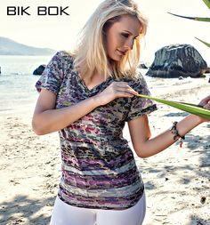 Marcia veste uma blusa com estampa camuflada-pop, look ideal para um dia de sol e praia !!