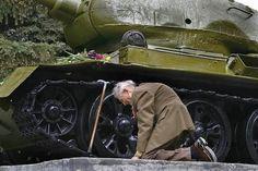 Un vétéran russe de la Seconde Guerre Mondiale s'agenouille près du tank, désormais transformé en monument, dans lequel il a passé la guerre. (Plus de photos ici.)