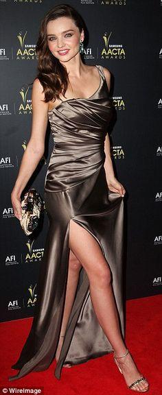 Bonza bronz: o Sydney Opera House'da AACTA Ödülleri gelir olarak Model Miranda Kerr bir bronz Collette Dinnigan elbise giyer