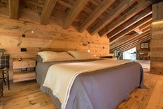 Casa Masso - Arte Rovere Antico Chalet Interior, Interior Design, Mountain Bedroom, Building Extension, Natural Bedding, Cabin Interiors, House In The Woods, Dream Bedroom, Cozy House