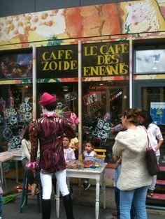 Juste à côté du Bassin de la Villette, le Café Zoïde, premier «café culturel» pour les 0 à 16 ans et leurs familles (les moins de 8 ans doivent être accompagnés par leurs parents), propose un comptoir de jeux, des spectacles, des coins de causerie, des rencontres, des sorties, des repas sains - souvent végétariens - à partager en famille le midi, du chant, de la peinture... Un vrai lieu de vie pour les petits! Le lieu fonctionne sur le mode associatif: 6€ par enfant d'adhésion annuelle (4€… Paris Cafe, Four Square, Kids, Chant, Food, Big Family, Space Games, Healthy Drinks, Essen