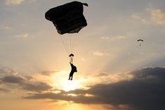Geweldig die vrijheid in de lucht te voelen, bij zonsondergang. De wereld ligt aan mijn voeten, en ik voel me heerlijk in rust zweven in de lucht.