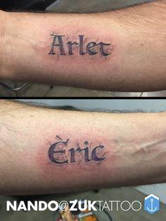 Tatuaje de dos nombres con efecto grabado a piedra.
