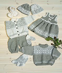 Genser, jakke, kjole, bukse, sokker & lue OMG--must have! Baby Cardigan, Toddler Cardigan, Baby Clothes Patterns, Baby Knitting Patterns, Baby Patterns, Knit Baby Sweaters, Knitted Baby Clothes, Diy Crafts Knitting, Knitting For Kids
